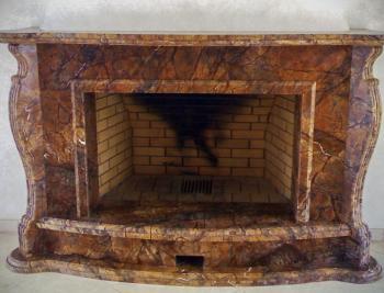 Камин из мрамора с фигурными колоннами