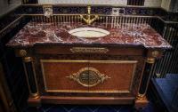 Столешница из мрамора Россо Леванте для ванной